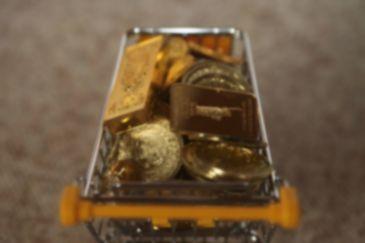 un chariot rempli de lingot et de pièces d'or d'investissement pour représenter la demande d'or physique d'investissement en augmentation