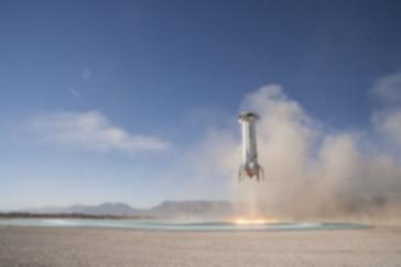 La fusée Amazon avec Jeff Bezos à bord décolle d'une aire de décollage dans le désert pour aller dans l'espace