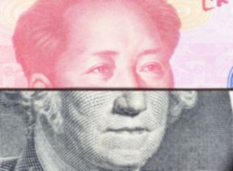 un billet de dollar américain et un billet de yuan chinois pliés l'un sur l'autre pour combiner le visage des personnages historiques chinois et américains présents sur les devises.