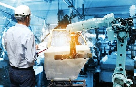 Platinteile, die bei der Herstellung eines Autos in einer Fabrik verwendet werden